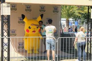 Gamer machen Bilder mit Pikachu.