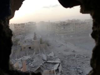 Der Blick auf das zerstörte Raqqa bei Sonnenaufgang, fotografiert vom deutschen freiwilligen YBS-Milizionär Martin Kamper