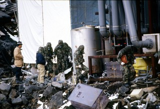 Einsatzkräfte bei der Durchsuchung des Hauptquartiers der Sekte.