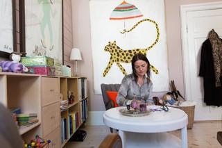 Lonni sidder på sit kontor og skriver på et papir