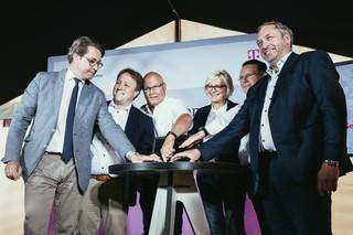 Bundesminister, Telekomvorstand, Bürgermeister drücken auf eine Laptop-Taste