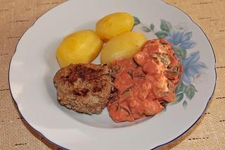 Kartoffeln, Hackfleisch und Zucchini-Gemüse mit Tomatenmark und Sahne