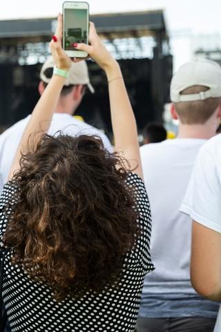 ser bajito en un festival