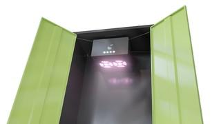 Die Hazelbox sieht aus wie ein Designerkleiderschrank, darin hängt die LED-Konstruktion Hazelbeam