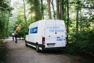 Ein weißer Transporter mit der Aufschrift: Das Beste für Bayern