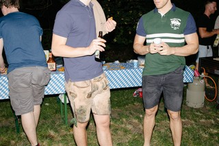 Drei Mitglieder der Jungen Union, einer in Lederhose und T-Shirt