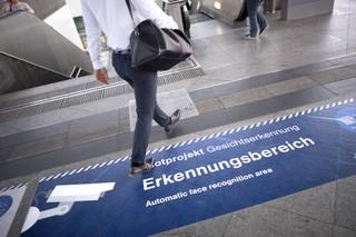 Bodenmarkierung mit Hinweis auf Gesichtserkennung am Südkreuz