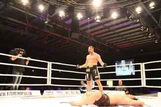 Nach dem K.O. des Gegners steht Kraniotakes in Siegerpose neben dem am Boden liegenden