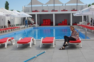 vakantie-Moldavië-zwembad-ligbed