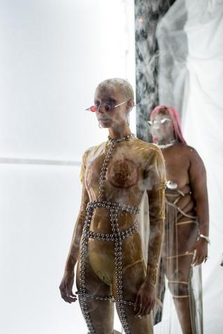 gioielli-chris-habana-primavera-estate-19-collezione-immagini-jazelle-modella-catene-armatura