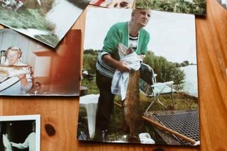 oma met grote vis