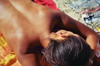 bruine-rug-strand-berlijn-Zeno-Spyropoulos-young-renegade