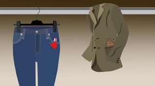 Eine Jeans mit einem blutigen Tampon in einer Tasche hängt neben einem Mantel den Fliegen umschwirren