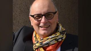 Ein Mann mit Brille und Halstuch