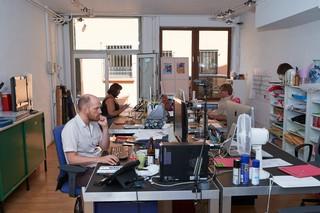 Drei Menschen blicken konzentriert auf ihre Computerbildschirme