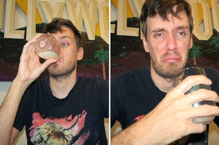 Der Autor probiert seinen selbstgemachten Sake – und verzieht das Gesicht
