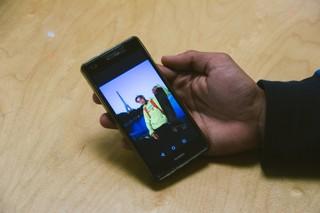 Auf seinem Smartphone zeigt Karel ein Foto mit ihm und dem Eiffelturm