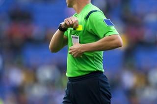 Schiedsrichter mit gelber Karte