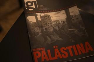 Ein Heft liegt aus, auf dem Cover sind Kinder innerhalb von Ruinen zu sehen