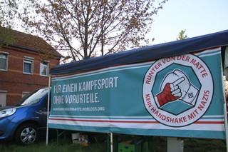 Ein Banner auf einem Hof