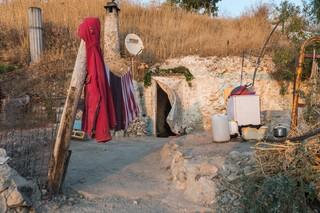 Eine bewohnte Höhle mit einer Wäscheleine davor