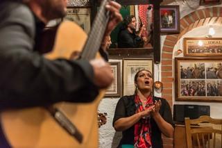 Ein Duett aus einer Flamenco-Sängerin und einem -Gitarristen