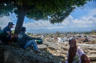 1538535185792-kondisi-Balaroa-dan-ibu-fadhila-bersama-keluarga-melihat-sisa-tanah-rumahnya-4-of-4