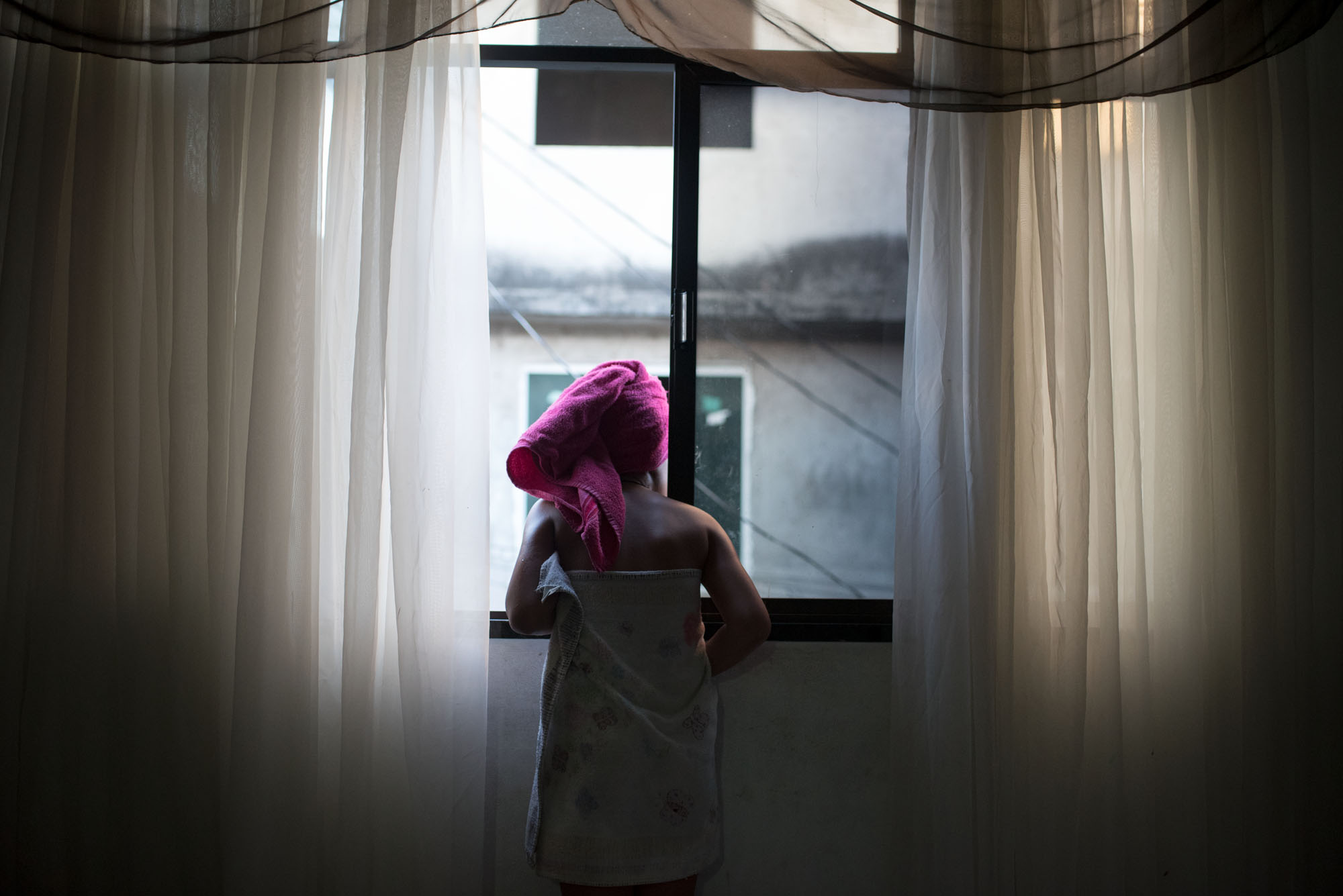 Sabine van Wechem - fotoreeks Fica Suave - Vila Cruzeiro favela - Rio de Janeiro - vrouw met handdoek op haar hoofd