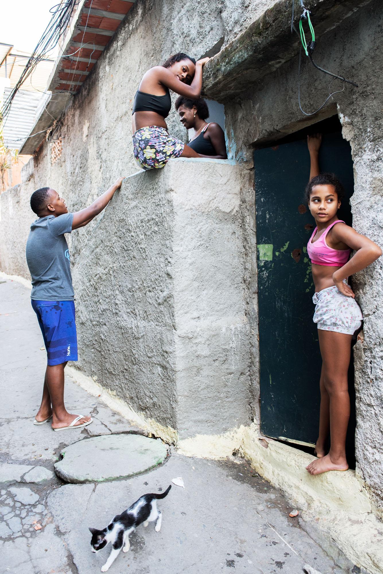 Sabine van Wechem - fotoreeks Fica Suave - Vila Cruzeiro favela - Rio de Janeiro - kinderen op straat