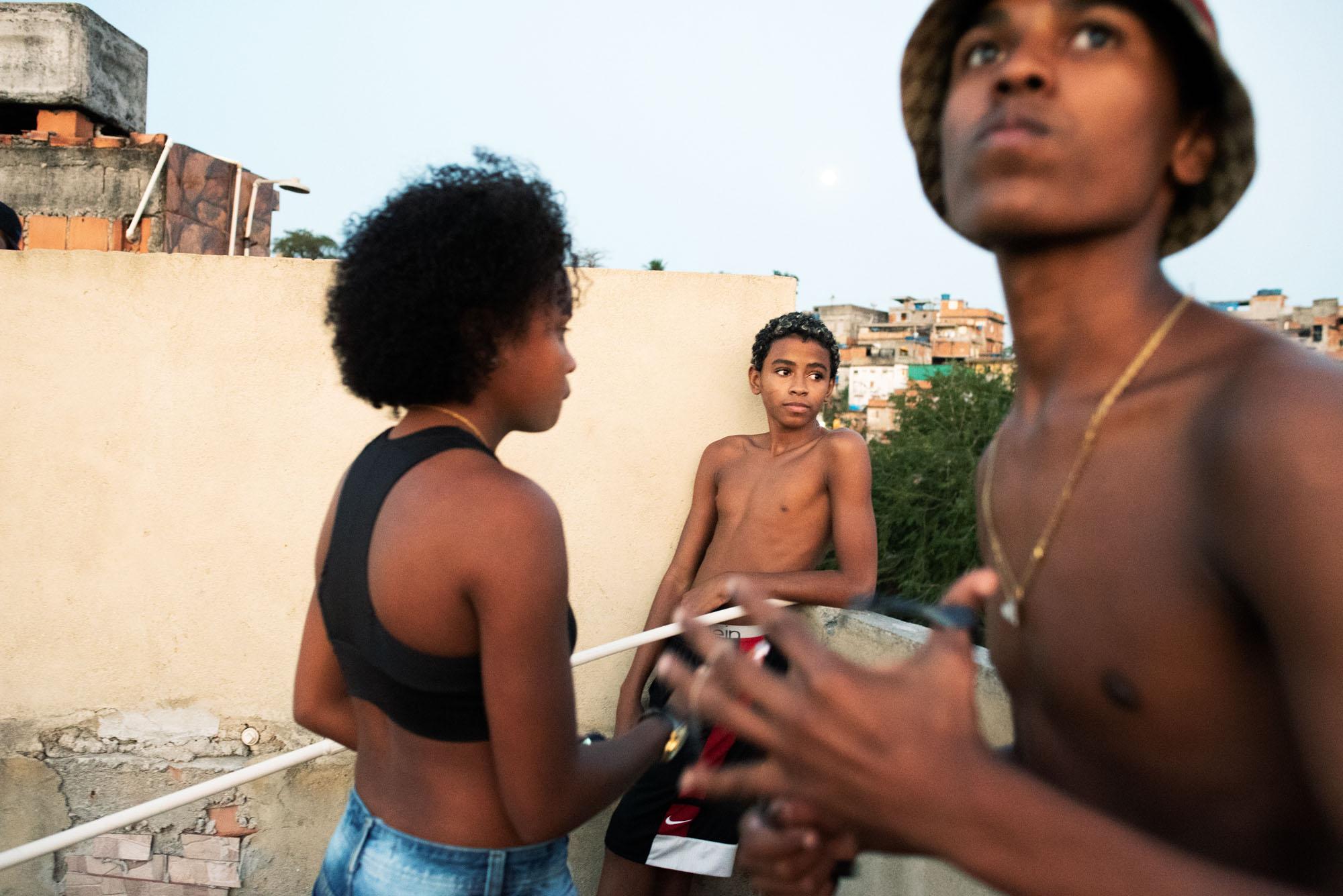 Sabine van Wechem - fotoreeks Fica Suave - Vila Cruzeiro favela - Rio de Janeiro - jongeren op straat met een brommer