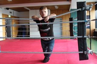 Wopke is een kleine mens die houdt van boksen