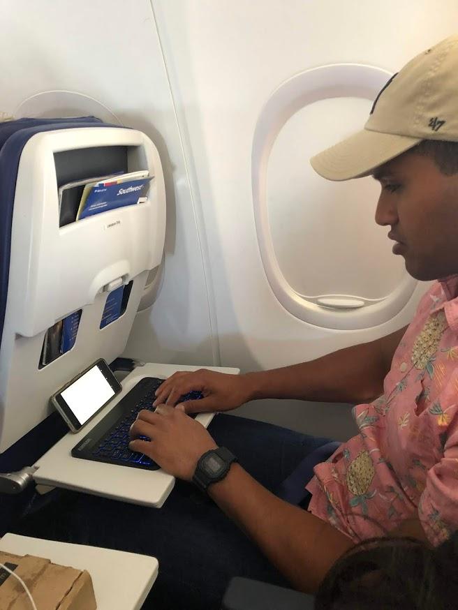 Der Autor bei der Arbeit im Flugzeug