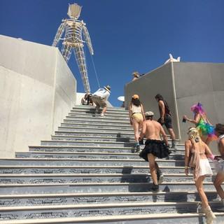 1539502782607-4-The-Man-sau-statuia-caruia-i-se-da-foc-la-final-de-festival