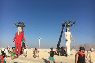 1539502868158-18-Cuplul-asta-e-adus-in-fiecare-an-la-festival-Danseaza-canta-si-merge-pe-playa-spre-incantarea-spectatorilor-Zilnic-poarta-haine-noi
