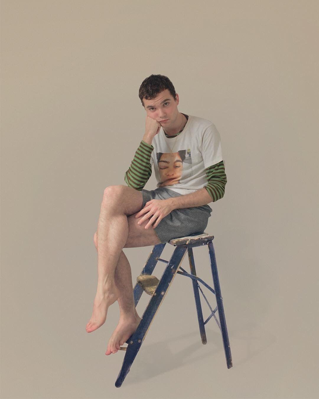 chico joven sentado
