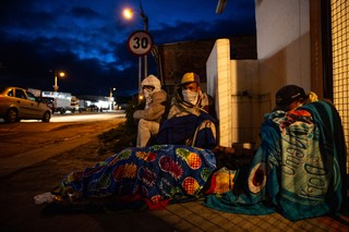 (After two days walk from the Venezuelan border, migrants prepare to sleep overnight in the cold highlands. Photo by Pu Ying Huang)