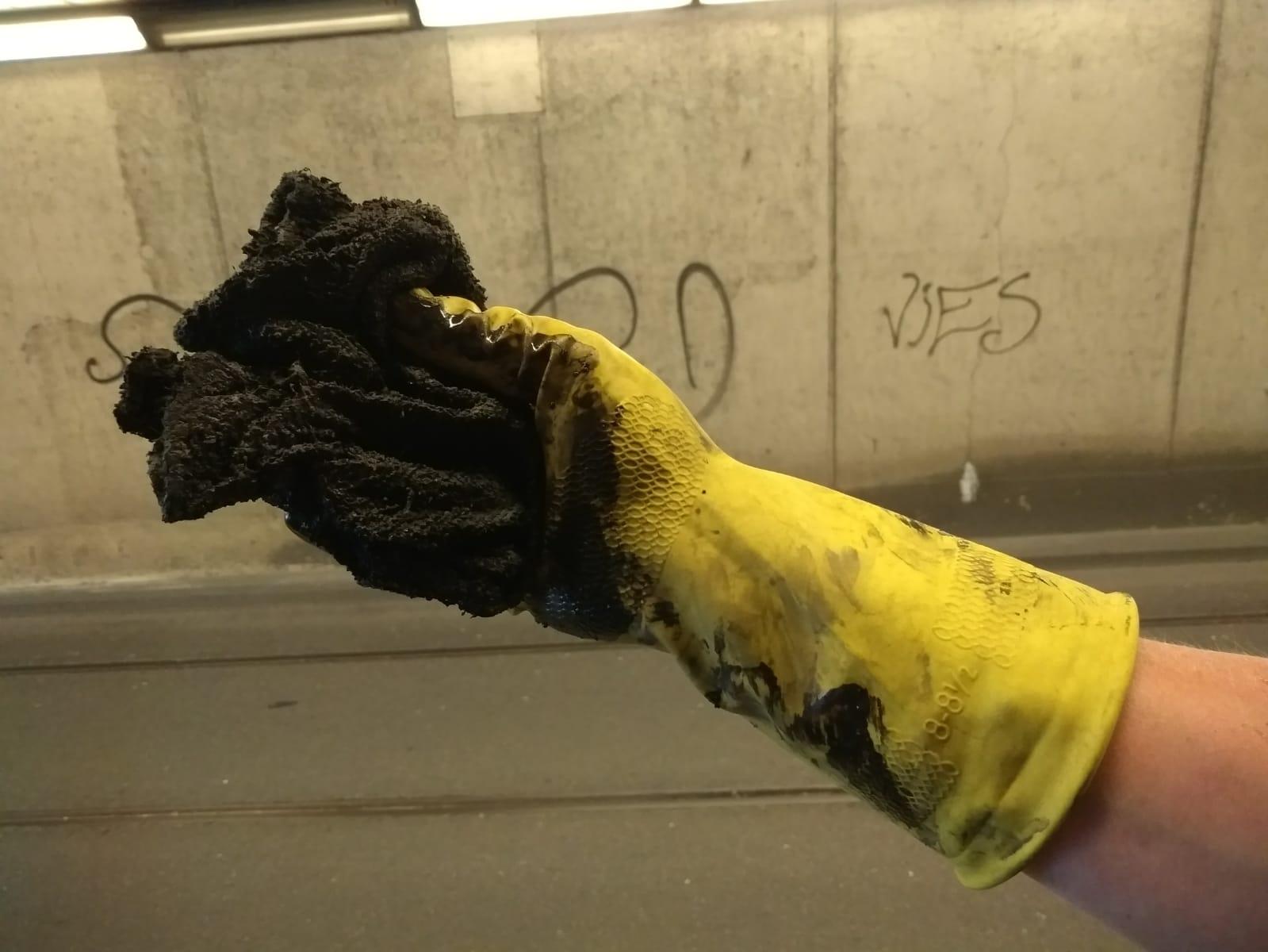 Fijnstof aan een handschoen