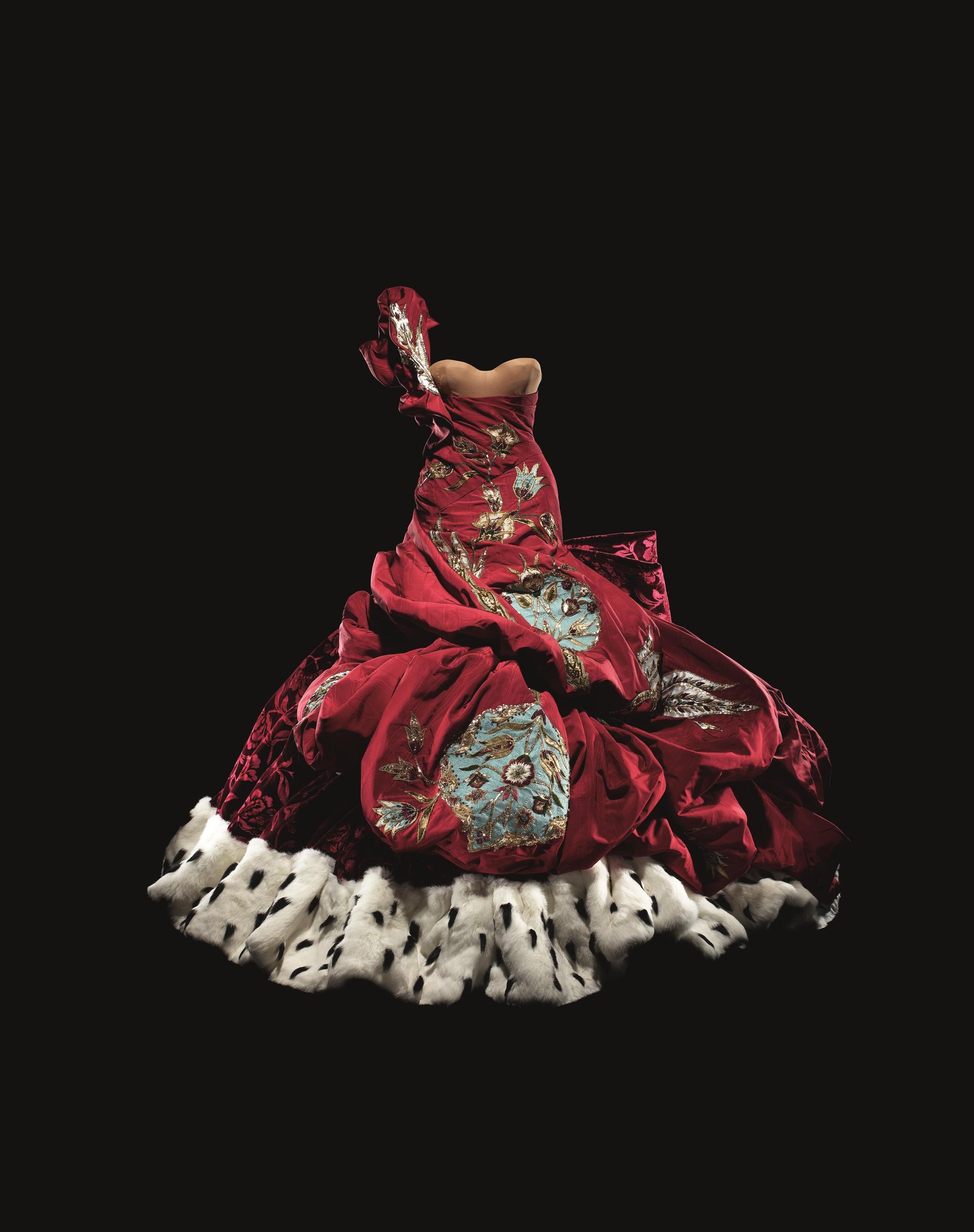 1539874414759-Christian-Dior-by-John-Galliano-b1960-Haute-Couture-AutumnWinter-2004-Photo-c-Laziz-Hamani-Dior-Heritage-collection-Paris