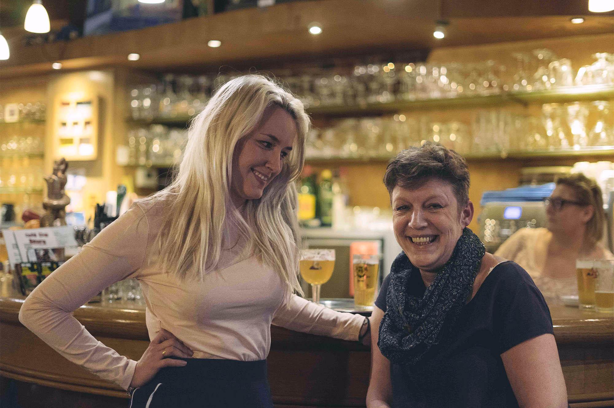 Julie en haar moeder Stania, politica bij Forza Ninove, in café de Beurs
