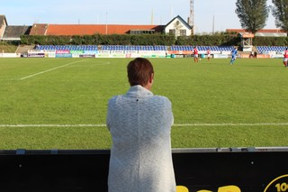 Een vrouw kijkt naar het hoofdveld van VV Goes.