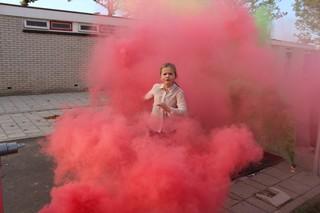 Een meisje in de rook.