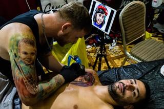 tatuaj cu fata pe piept