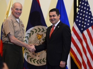 Juan Orlando Hernández shakes hands with John Kelly.