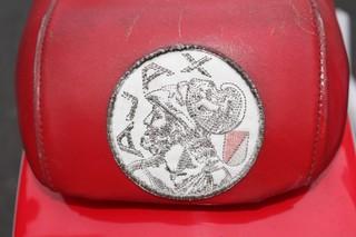 Het oude logo op het zadel.