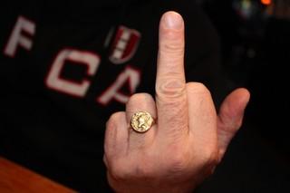 Een Ajax-ring en een middelvinger.