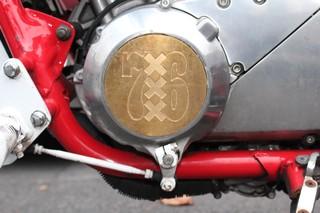 Een F-side-logo op de motor.