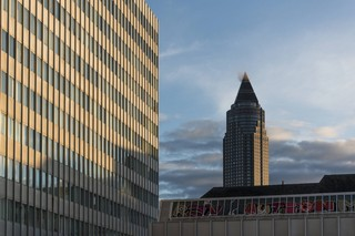 Ein Gebäude auf dem Campus Bockenheim. Im Hintergrund steht der Frankfurter Messeturm