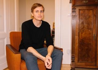 Der Autor sitzt auf einem Sessel