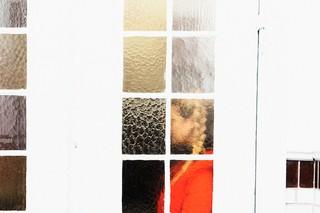 Cecilie McNair står bag en dør med glasrude