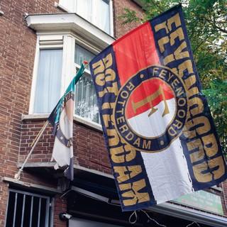 Feyenoord-vlaggen aan de gevel.